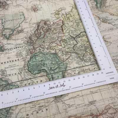 Tela de mapas de algodón diseñada por Jan et Jul en tonos pastel