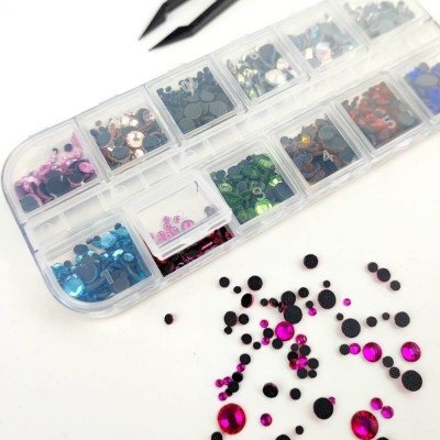 Caja con 1.000 brillantes de colores termoadhesivos