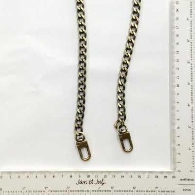 cadena de metal con mosquetones