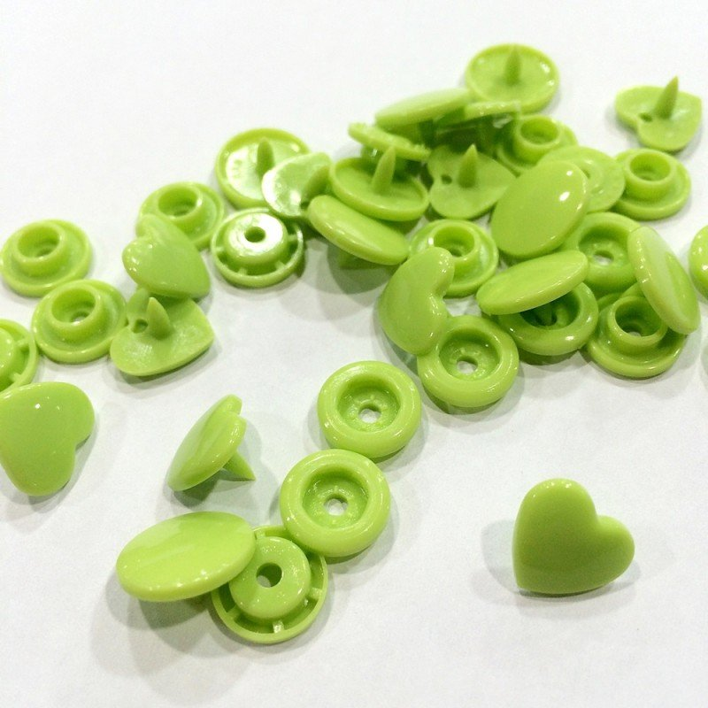 Snaps en forma de corazon verde lima
