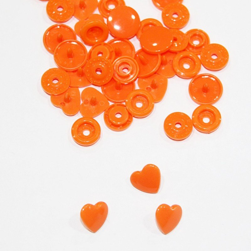 Snaps en forma de corazon naranja