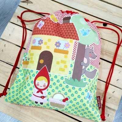 mochila DIY con apliacaciones de la caperucita roja