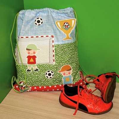 mochila de tela con niños jugando a futbol cosida a mano