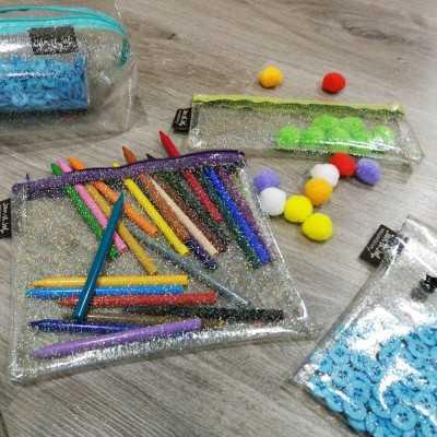 estuche realizado con plástico para coser con brillantes