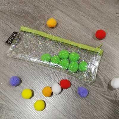 estuche realizado con plástico para coser con brillo