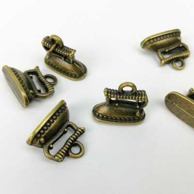 Charm de metal con forma de plancha
