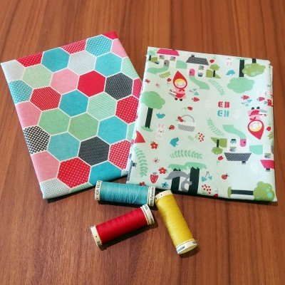 Pack de 2 fat quarters de tela de algodón con dibujos de la caperucita roja y hexagonos
