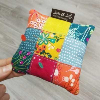 Cojín para alfileres de Jan et Jul con telas florales de colores vivos