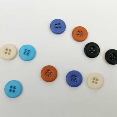 Botones variados de 15mm en azul, naranja, blanco y negro