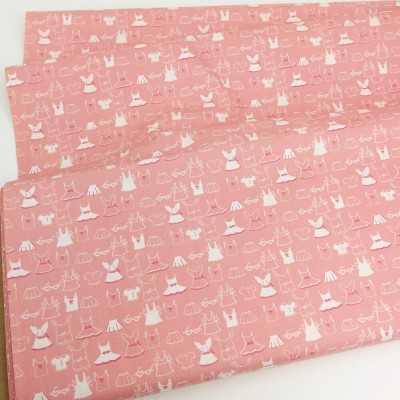 Tela americana rosa pastel con dibujos de ropa infantil en blanco