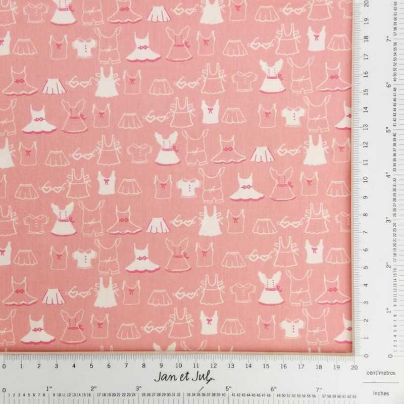 Tela americana rosa con dibujos de ropa infantil en blanco