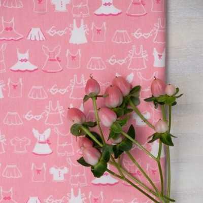 Tela americana rosa de AGF con dibujos de ropa infantil en blanco