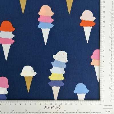 Tela azul con helados grandes