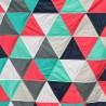 quilt de triángulos en verdes y rojos