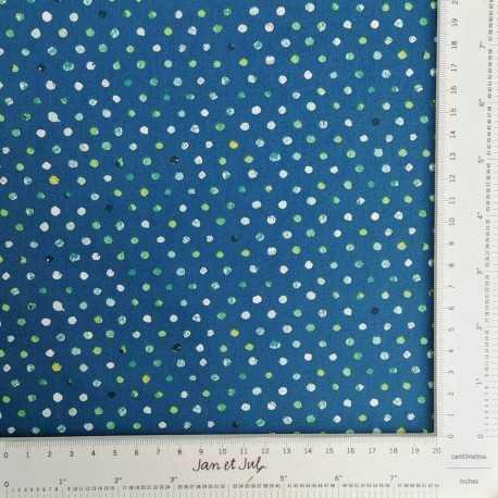 Tela de algodón americano de fondo azul oscuro con topos irregulares en verde y blanco