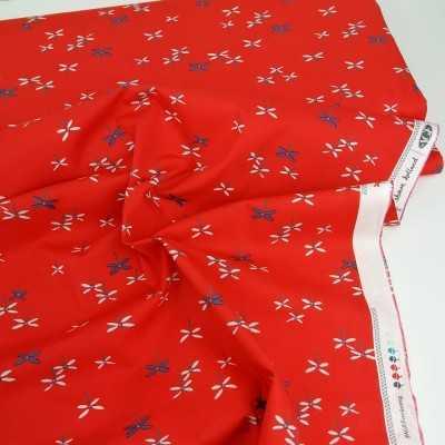 Tela roja con dibujos mini en tonos azul