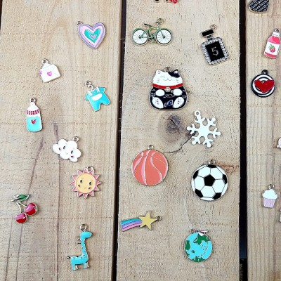 Esmaltes de color de diferentes formas y estilos ideales para decorar proyectos, collares, cremalleras,...