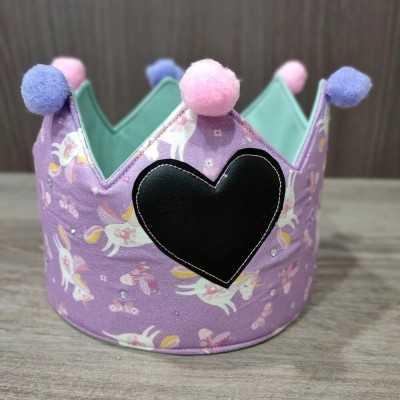 Corona de aniversario de Jan et Jul con tela morada de unicornios